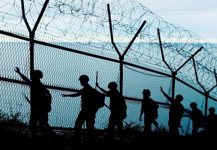 Familias separadas por la Guerra de Corea, y que ahora viven unas en Corea del Sur y otras en Corea del Norte, podrían reunirse en breve. En la foto, soldados surcoreanos patrullaban a lo largo de la frontera entre ambos países. (EFE)
