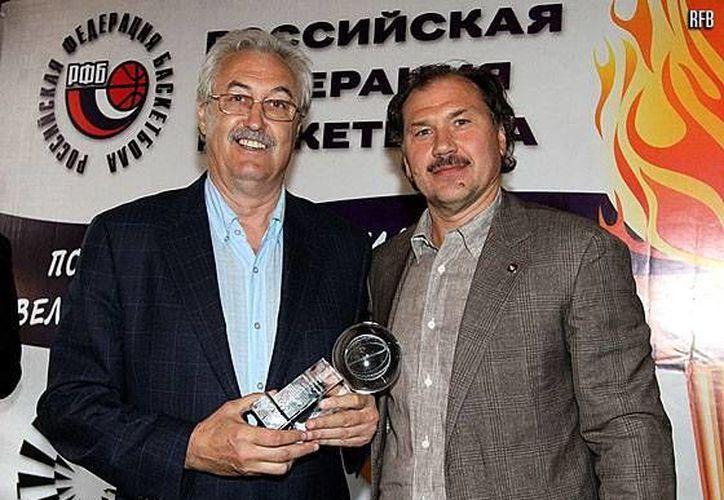 Belov (i) al recibir un reconocimiento. (fibaeurope.com)