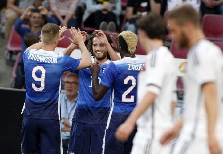 Mix Diskerud (c), de EU, celebra con sus compañeros de equipo Aron Johansson (i) y Gyasi Zardes (d) su anotación ante Alemania durante un partido amistoso internacional en Colonia, Alemania, donde ganó EU 2-1. (EFE)