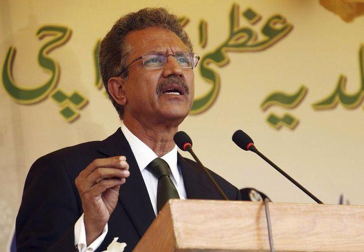 Waseen Akhtar, el nuevo alcalde de Karachi, la mayor ciudad de Pakistán, ofrece un discurso durante la ceremonia del juramiento de su cargo en Karachi, Pakistán. (EFE)