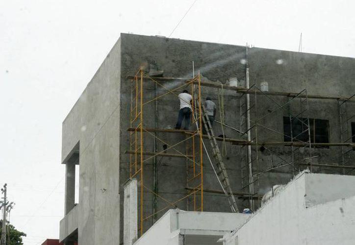 Según la STPS, muchas de las muertes han sido por exceso de confianza, debido a que los albañiles no consideraban los riesgos de construir un edificio de 20 o 30 metros. (Imagen estrictamente ilustrativa/Milenio Novedades)