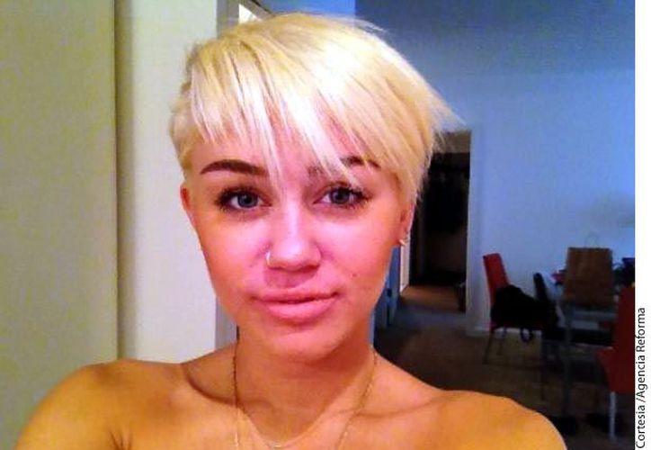 Durante su presentación, Miley Cyrus mostró el cabello más corto a lo que se le había visto en los últimos meses. (Agencia Reforma)