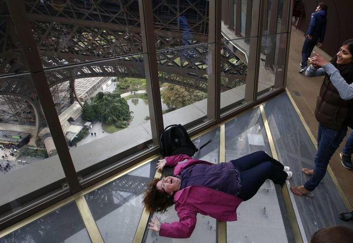 Los paños de cristal del nuevo piso de la Torre Eiffel costaron 38 millones de dólares. (AP)
