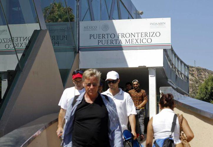 Toda persona que ingrese o salga de México y lleve consigo cantidades superiores al equivalente a 10 mil dólares debe declararlos. (Archivo/Notimex)