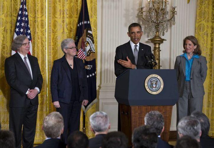 El presidente de EE.UU., Barack Obama (2d), nomina a Ernest Moniz (i) como nuevo secretario de Energía, en presencia de Gina McCarthy (2i), nueva directora de la Administración para la Protección Ambiental, y Sylvia Matthews Burwell, designada para el mismo cargo en la Oficina de Gestión y Presupuesto. (EFE)