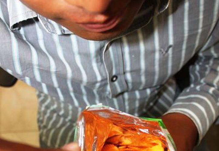 Los productos 'chatarra' aún son vendidos en 14 escuelas primarias de Solidaridad. (Octavio Martínez/SIPSE)