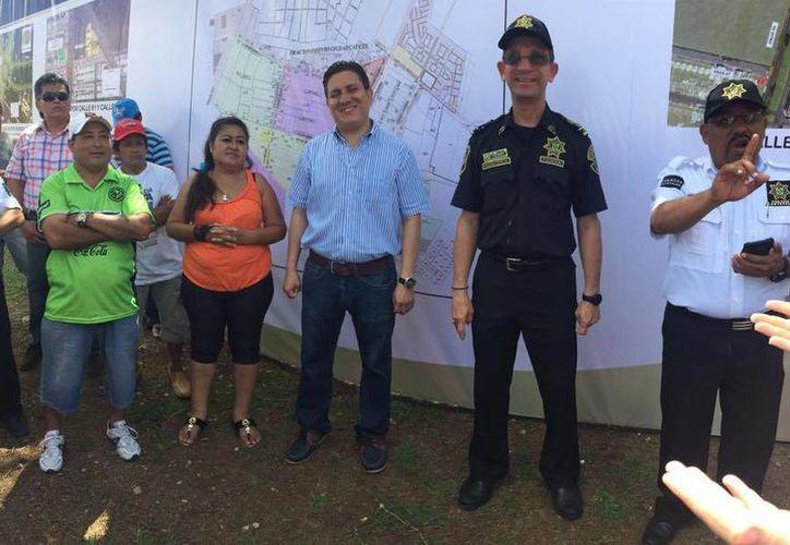 El director de Gobierno, Rubén Valdez Ceh (de camisa a rallas), con los vecinos de Ciudad de Caucel a quienes se les presentó el proyecto de reordenamiento vial en la zona. (Milenio Novedades)