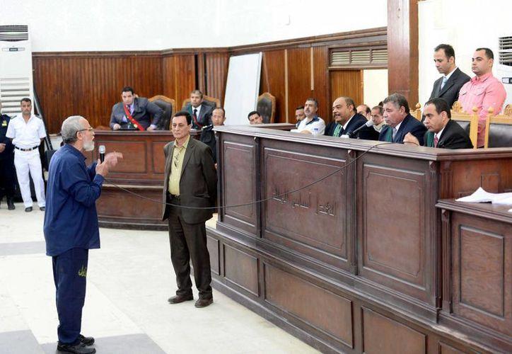 Fotografía del líder del movimiento islamista egipcio Hermanos Musulmanes, Mohamad Badie, mientras comparece ante el tribunal durante su juicio. (Archivo/EFE)