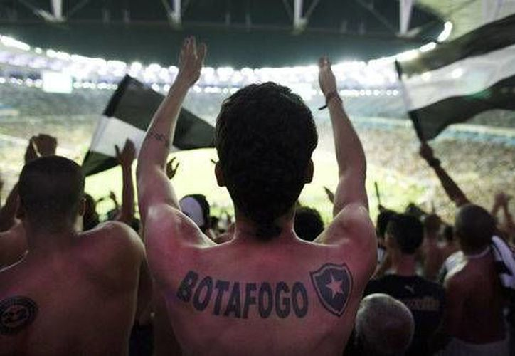 Aficionados del Flamengo y Botafogo se enfrascaron en una batalla campa, minutos antes del inicio del duelo.(Archivo/AP)