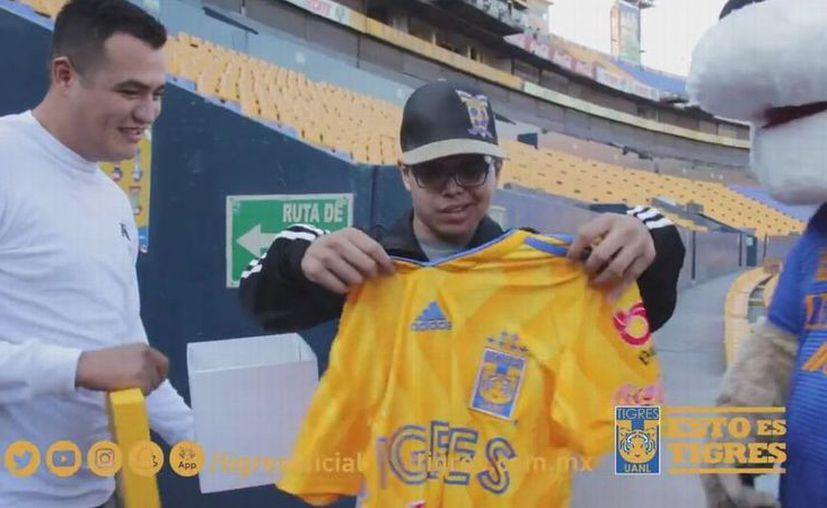 Manuel Palomo, el aficionado que fue golpeado previo al 'Clásico Regio' fue recibido en el Estadio Universitario de Tigres. (Twitter/@TigresOficial)