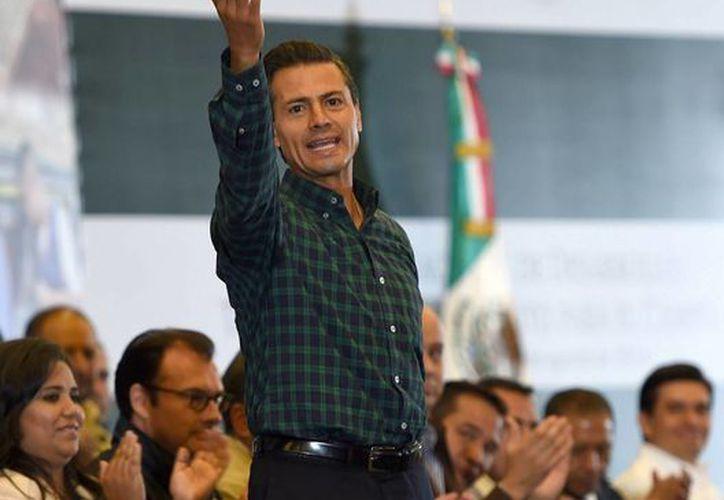 Peña Nieto decidió declinar la invitación de 'El Piojo' Herrera a cumplir el reto del Ice Bucket Challenge. (Archivo/Notimex)