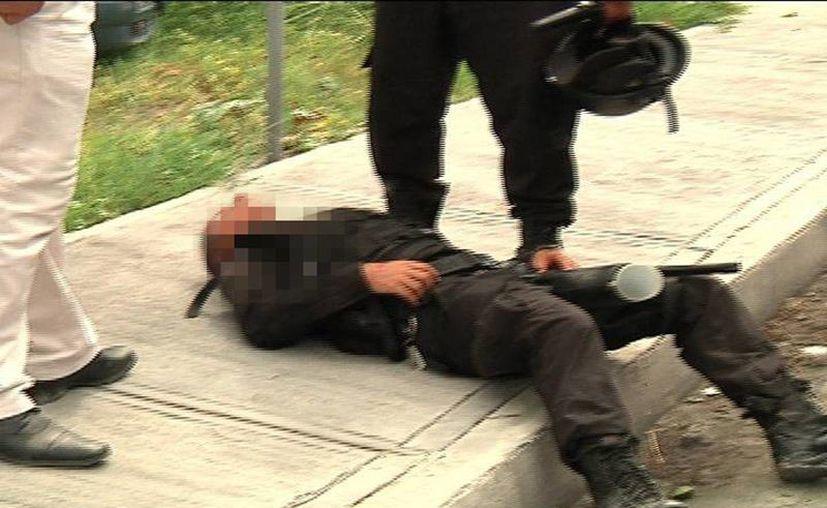 Esta madrugada un agente municipal falleció a consecuencia de una golpiza que le dieron un grupo de hombres en Yaxkukul. Imagen de contexto de un policía agredido durante una trifulca hace dos años. (Archivo/SIPSE)