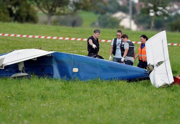 Una de las aeronaves accidentadas en el noreste de Suiza aterrizó sobre un sembradío; sus ocupantes quedaron heridos de gravedad. (AP)