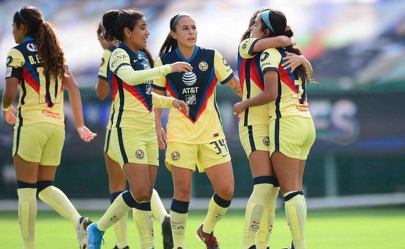 Marlyn Campa es felicitada por sus compañeras luego de anotar el segundo gol de las americanistas, en la casa de las Esmeraldas. (Foto: Mexsport)