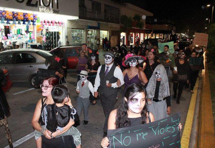 Decenas de 'catrinas' y 'catrines' marcharon ayer para pedir fin a la muerte de mujeres. (Carlos Horta/SIPSE)