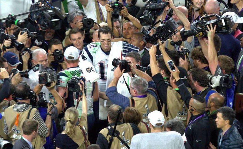 Roger Goodell confirmó la suspensión de cuatro partidos del quarterback Tom Brady, en la imagen Brady celebra con los Patriotas de Nueva la victoria en el Super Bowl sobre los Halcones Marinos de Seattle. (Notimex)