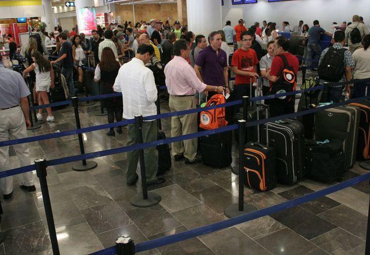 En diciembre del 2012 se movilizaron 426 mil 573 personas en el aeropuerto. (Jesús Tijerina/SIPSE)