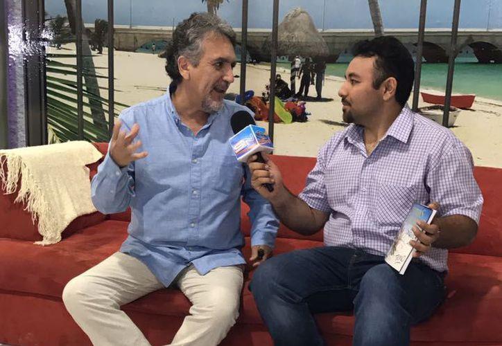 Trino en entrevista con Alejandro Gómez de SIPSE Noticias. (Jesús González/ Milenio Novedades)