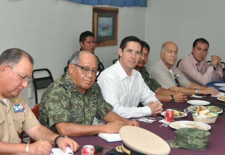 El alcalde y los jefes de las armadas destacamentadas en la isla durante una reunión. (Redacción/SIPSE)