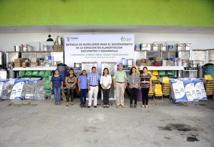 Autoridades de Tizimín, Tekax, Cantamayec, Tixcacalcupul y Chemax recibieron de la titular del Patronato DIF Yucatán el nuevo equipamiento.- (Foto del Gobierno de Yucatán).