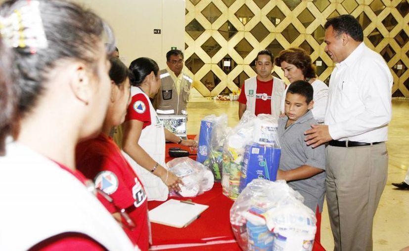 El Gobernador Rolando Zapata y su familia realizaron su donativo en el Siglo XXI. (Cortesía)