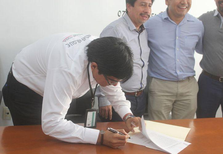 El director del Parque Nacional, Fernando Orozco, durante la firma del acuerdo. (Sara Cauich/SIPSE)