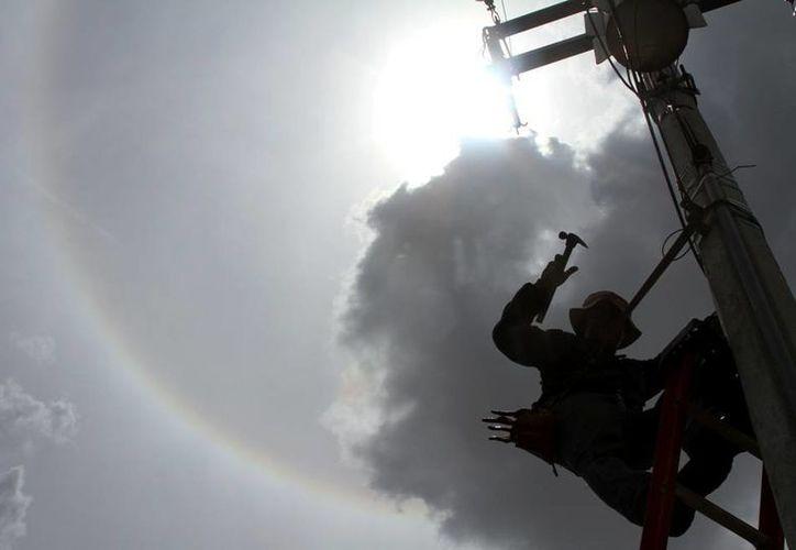 El halo solar se pudo observar en Mérida este sábado; la Conagua descartó que sea un signo de sequía. Por la tarde, chubascos refrescaron amplias zonas del Estado. Para hoy, el pronóstico es de calor por la mañana y lluvia por la tarde. (César Gónzalez/Milenio Novedades)