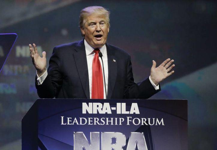 Imagen de Donald Trump durante un evento de campaña ante los miembros de la Asociación Nacional del Rifle. (Agencias)