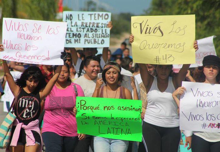 Un grupo de estudiantes se sumó a las protestas por el caso de la desaparición de los estudiantes de Ayotzinapa.  (Adrián Barreto/SIPSE)