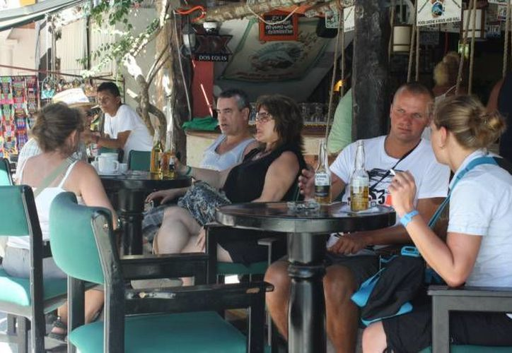 Si bien los restauranteros notan que hay más afluencia de turistas en Playa del Carmen, advierten que eso no es garantía de una aumento en sus ganancias.  (Archivo/SIPSE)