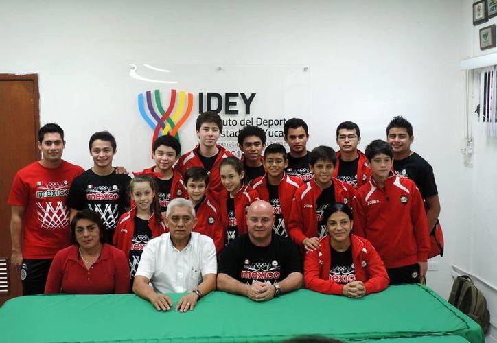 Los gimnastas yucatecos que compitieron en el Mundial en Bulgaria y que se preparan para los Juegos Centroamericanos visitaron instalaciones del IDEY. (Milenio Novedades)