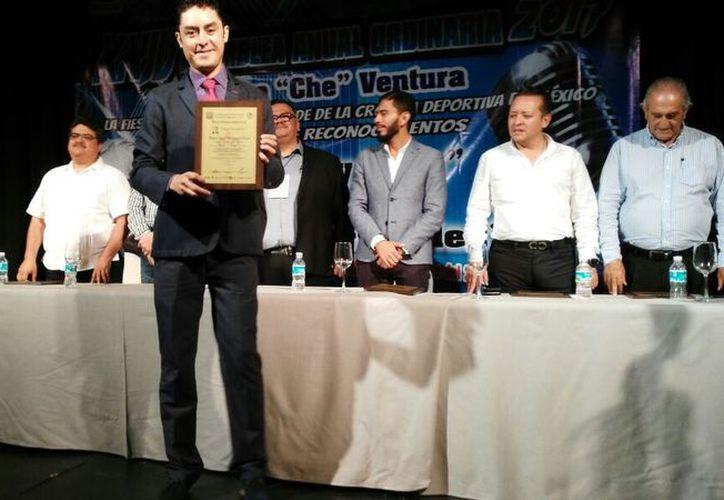 Nuestro compañero Miguel Maldonado fue honrado con el reconocimiento 'Ángel Fernández'. (Joel Zamora/SIPSE)
