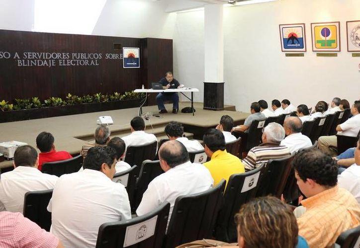 El INE impartió el 'Curso de Blindaje Electoral para el Proceso 2015' a funcionarios de Cozumel. (Cortesía)