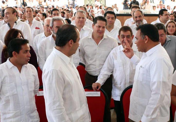 Imagen del gobernador Rolando Zapata Bello junto a empresarios locales al presentar el proyecto del Centro Internacional de Congresos de Yucatán. (Milenio Novedades)