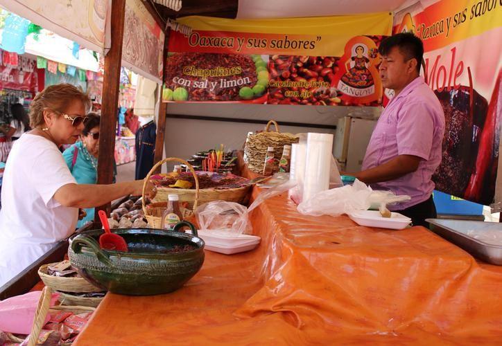 Los asistentes pueden consumir tamales, enmoladas, aguas de horchata, dulces y nieves típicas. (Foto: Adrián Barreto)