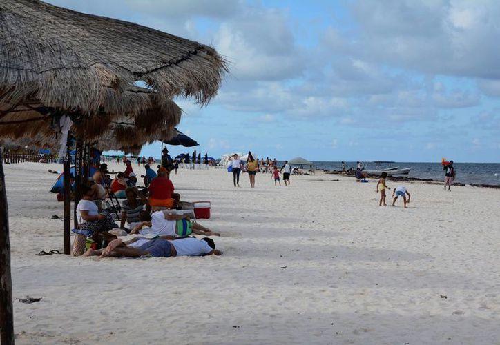 Las playas de Puerto Morelos atraen a miles de turistas año con año. (Victoria González/SIPSE)