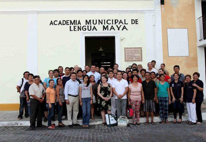Estudiantes de la Academia de Lengua Maya 'Itzamná' posan para foto del inicio de cursos. (Cortesía)