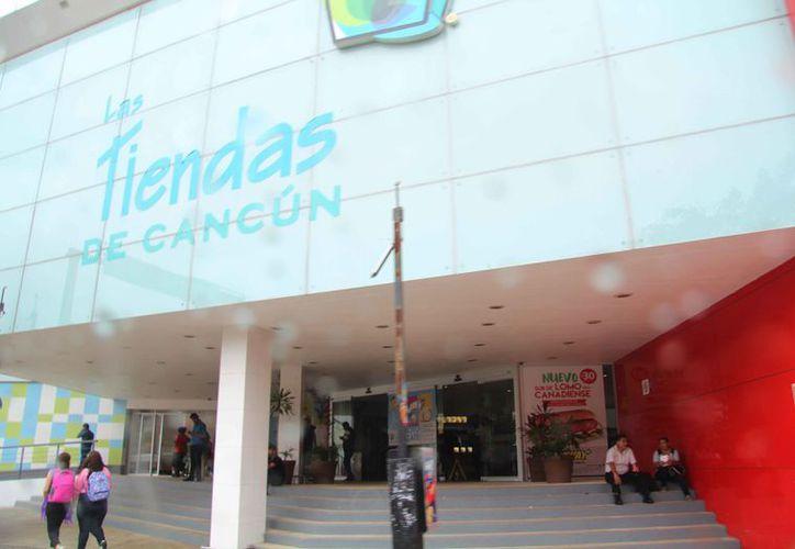 Los centros comerciales implementan mayor personal de seguridad privada. (Luis Soto/SIPSE)