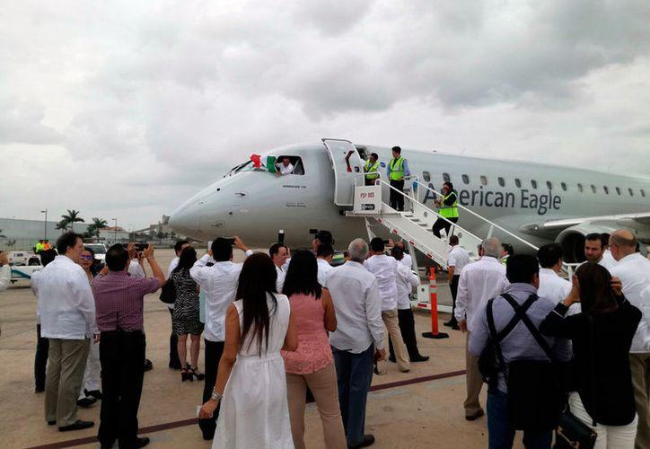 Este viernes llegó el primer avión de la nueva ruta Mérida-Miami, de la empresa American Airlines. (Arturo Valadez/SIPSE)