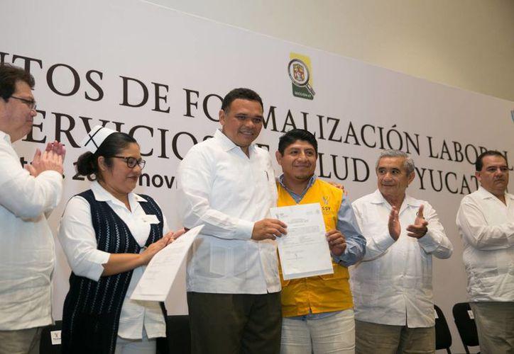 El titular del Estado, Rolando Zapata Bello, estuvo presente durante la basificación de 604 trabajadores de la Secretaría de Salud de Yucatán este sábado en el 'Siglo XXI'. En lo que va de su administración se han realizado mil 234 formalizaciones laborales. (SIPSE)