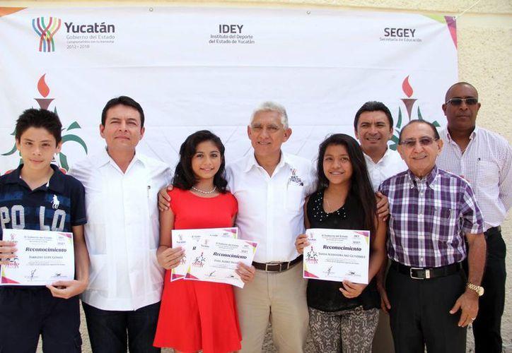 Entre los atletas distinguidos estuvieron Samanta Canul, de judo; Emilio Cardeña, Samuel Ku y Gloria Medina, de canotaje. (José Acosta/SIPSE)