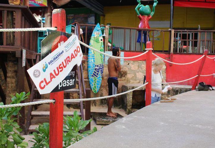 El paso de cortesía a la playa,en el muelle fiscal, fue clausurado el lunes por el Ayuntamiento de Solidaridad. (Octavio Martínez/SIPSE)