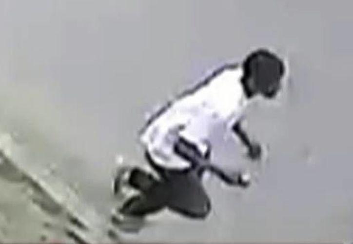 La imagen del sospechoso no es muy clara pero ha sido colgada por la policía en YouTube. (YouTube)