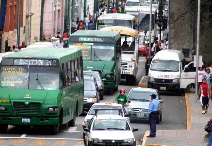 Según la Canacome, uno de los mayores problemas del Centro Histórico es el congestionamiento vial, el cual es ocasionado en buena parte por el trasporte público de Mérida.  (Archivo/ Milenio Novedades)