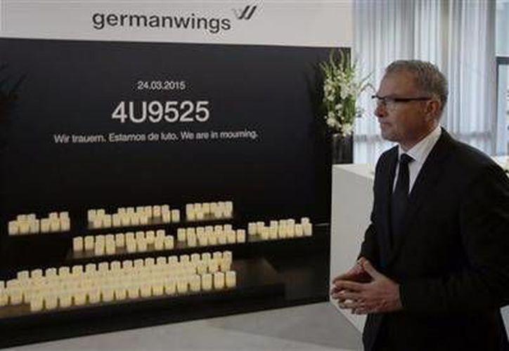 El director general de Lufthansa, Carsten Spohr, frente a un monumento a las víctimas del avionazo de Germanwings el pasado 29 de abril. Los familiares rechazaron los 100 mil euros  por victima, que la empresa ofreció como compensación. (Foto archivo/ AP)