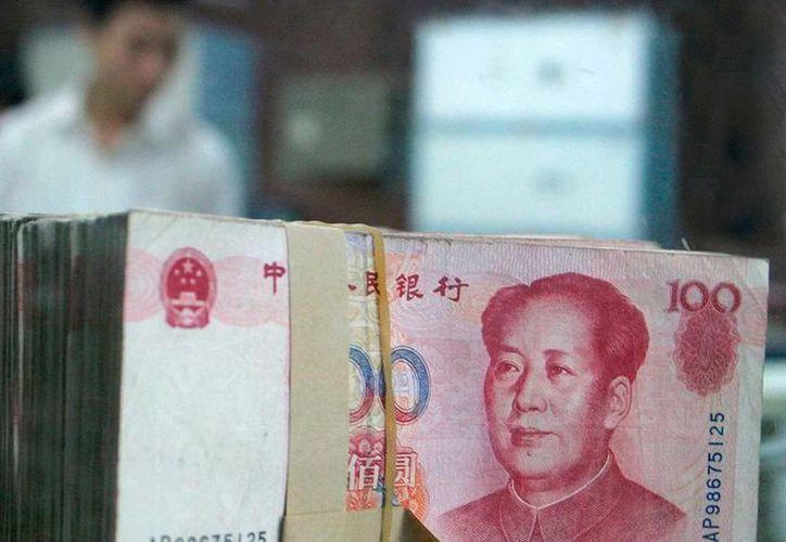 HSBC afirma afirma que el uso del yuan en México ayudará al país a disminuir la dependencia que tiene de EU y su moneda, el dólar. (Archivo/Agencias)