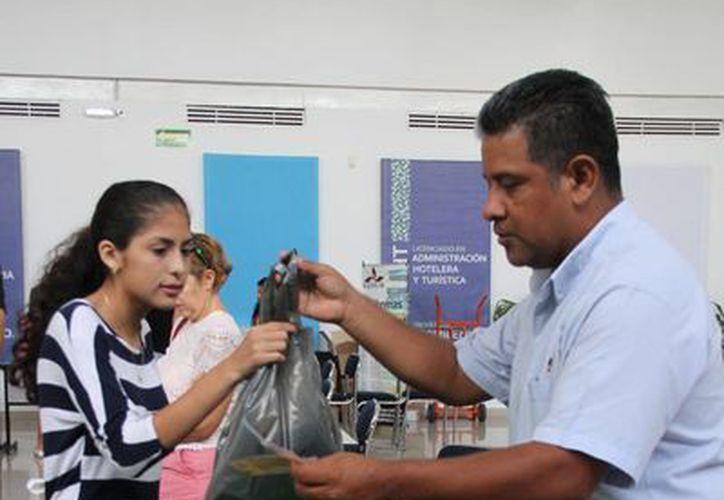 Decenas de jóvenes trabajan en Cancún, Puerto Morelos, Bonfil y demás lugares donde existan integrantes de la red. (Consuelo Javier/SIPSE)