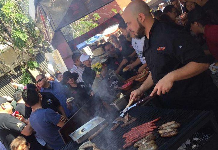 """Según estudios, los mexicanos tenemos  los peores hábitos alimenticios. Imagen de contexto del festival gastronómico """"Sabor es Morelos"""", en Cuernavaca, Morelos, el pasado 24 de octubre. (Archivo/Notimex)"""