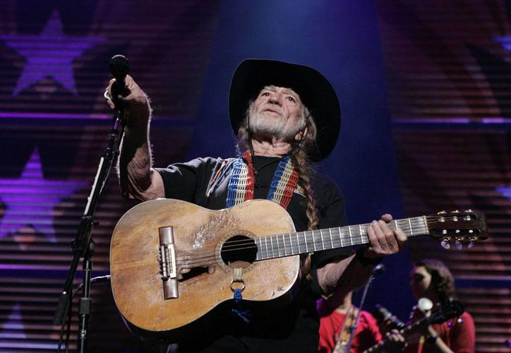La guitarra de la leyenda de la música country Willie Nelson también sale en el libro '108 Rock Star Guitars'. (Agencias)