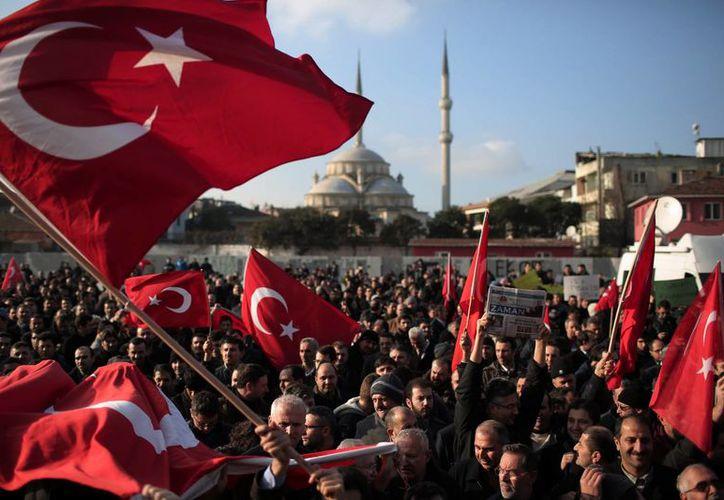 Decenas de manifestantes acusan que el gobierno de Erdogan está llevando a cabo un golpe contra la libertad de prensa en el país. (AP)